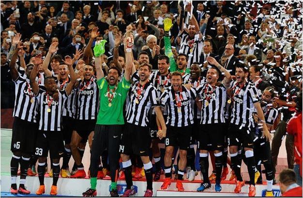 Squadra juventus festeggia vittoria coppa italia