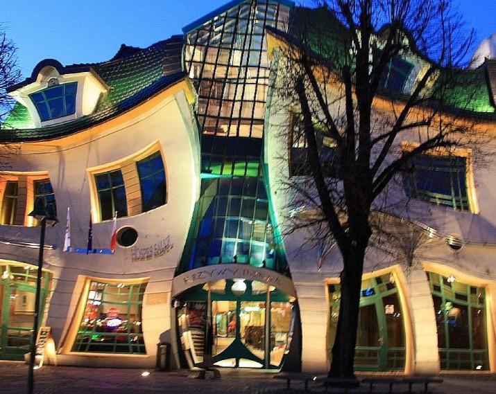 Krzywy Domek è un edificio di forma irregolare