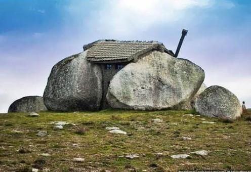 casa costruita tra due pietre giganti