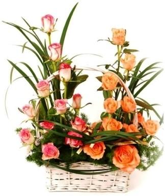 cesto decorato con fiori per la festa della mamma