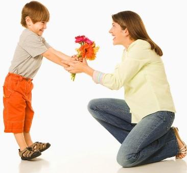 Bimbo che regala i fiori alla propria mamma