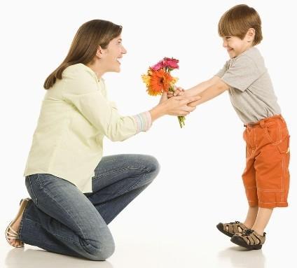 Bimbo che regala i fiori alla mamma