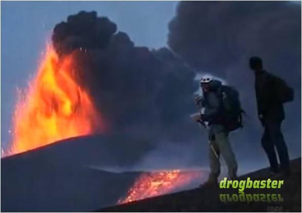 due uomini guardano effetti devastanti dell''eruzione vulcanica
