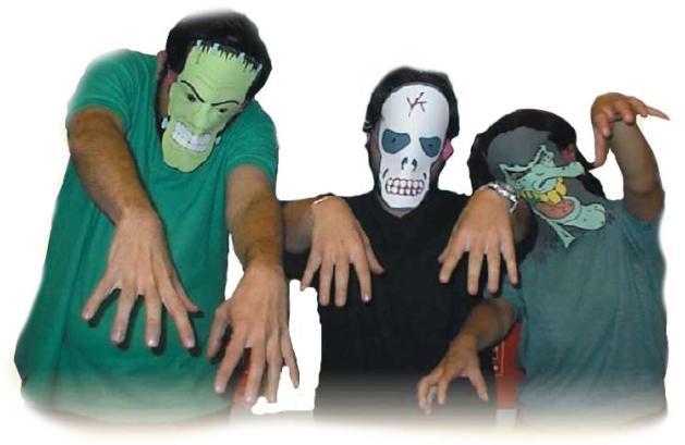 ragazzi indossano una maschera per Halloweeen