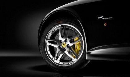Ferrari sfondo con particolare sui cerchi in lega