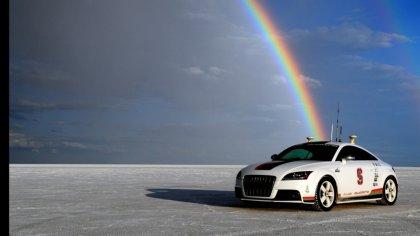 Audi TT con sfondo il riflesso arcobaleno