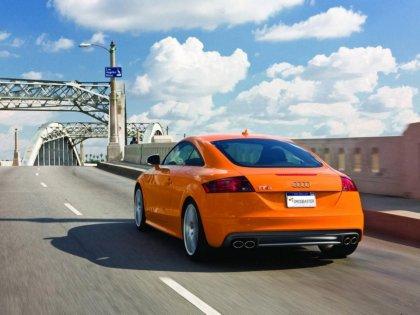 Audi TT di color arancione attraversa un ponte
