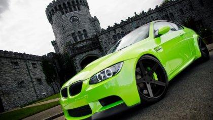Bmw dal colore verde fosforescente dinanzi ad un castello