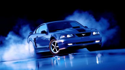Ford Mustang da color blu in sgommata