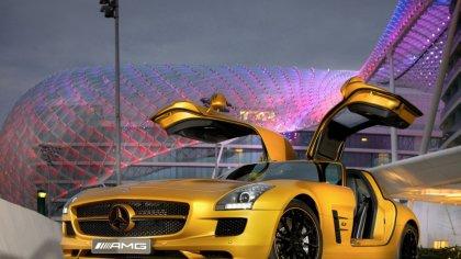 Mercedes SLS di color giallo con sfondo lo stadio dell' Allianz Arena