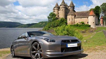 Nissan con sfondo Castello sul lago