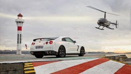 Nissan GTR con elicottero guida