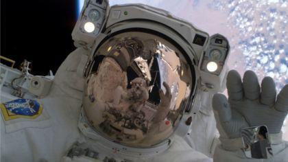 Astronauta con la tuta spaziale