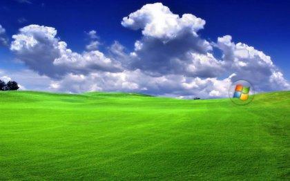 Sfondo con prato e nuvole nel desktop del tuo pc