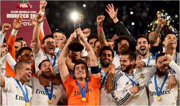 Iker Casillas solleva il trofeo Toyota 2014