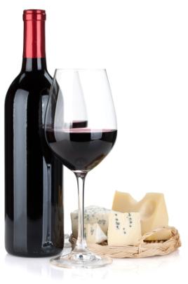 Bottiglia di vino rosso con tagliere con formaggi