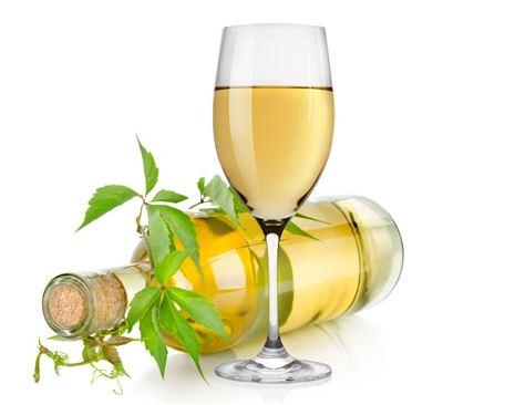 bottiglia e bicchiere con vino bianco DOC