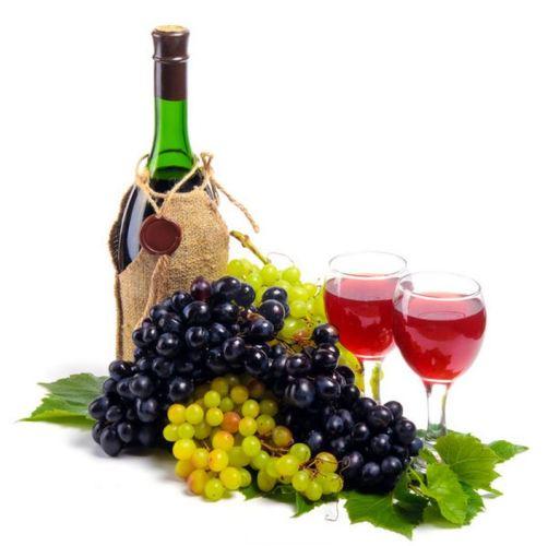 bottiglia e bicchiere con vino rosso DOC