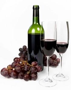 bottiglia di vino con calici e uva