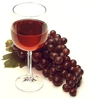 vino color rosso con uva