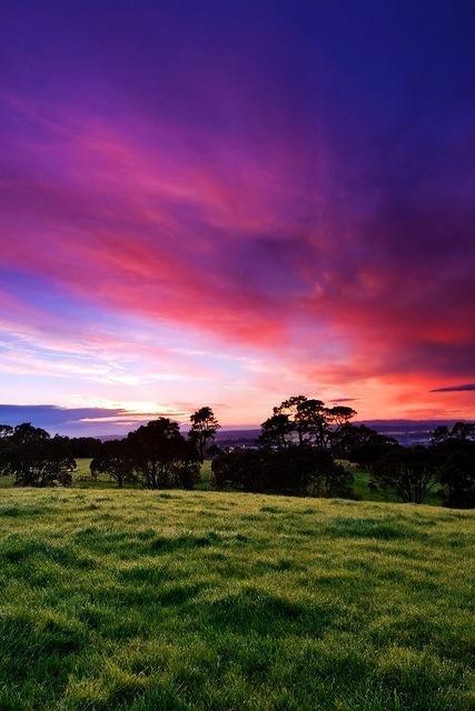 paesaggio collina nuvole tramonto viola blu