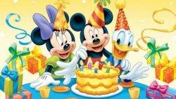 topolino che festeggia il compleanno
