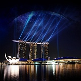 Singapore casino hotel con luce notturna