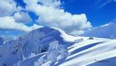Cima della montagna innevata