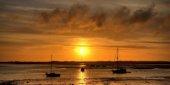 tre barche nel mare al tramonto