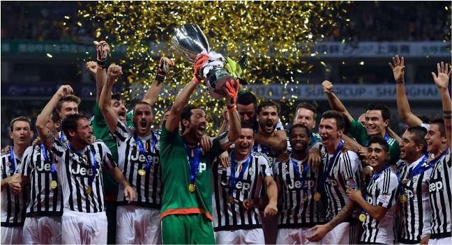 vince supercoppa italia 2015 Squadra juventus festeggia alzando la coppa in cielo