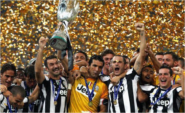 campione di supercoppa italia 2012 Squadra juventus festeggia alzando la coppa in alto