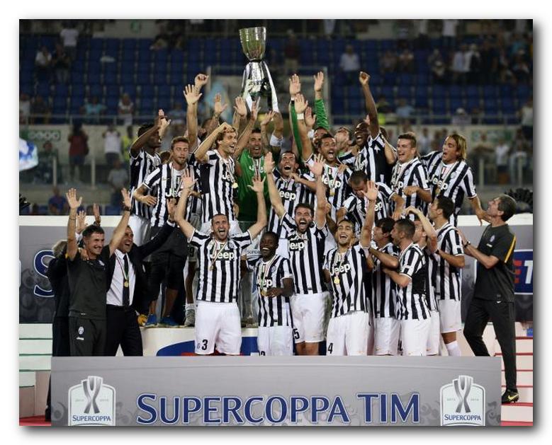 campione di supercoppa italia 2013 Squadra juventus festeggia alzando la coppa in alto