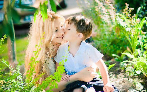 Mamma bacio con il figlio
