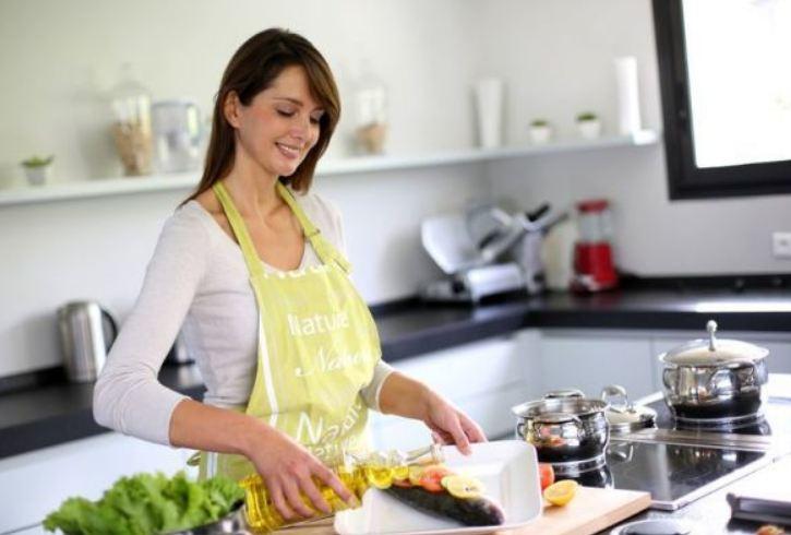 donna prepara la ricetta del giorno